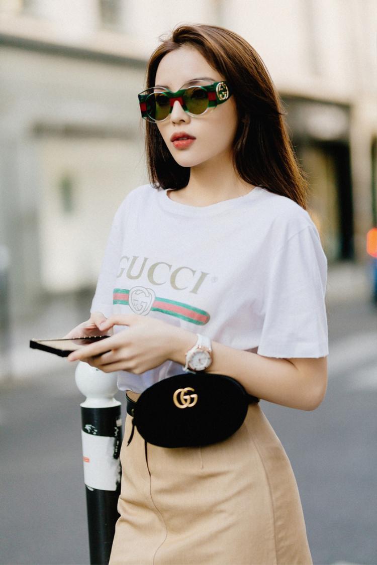 """Hoa hậu Kỳ Duyên là một trong những tín đồ thời trang sở hữu chiếc áo thun giá hơn chục triệu này kể từ khi nhà mốt Gucci """"chào bán"""" trên thị trường. Không chỉ sở hữu một chiếc, Hoa hậu Việt Nam có đến vài cái và cô chứng tỏ khả năng mix-match khá """"bắt trends"""" với loạt trang phục, phụ kiện được giới trẻ yêu thích."""