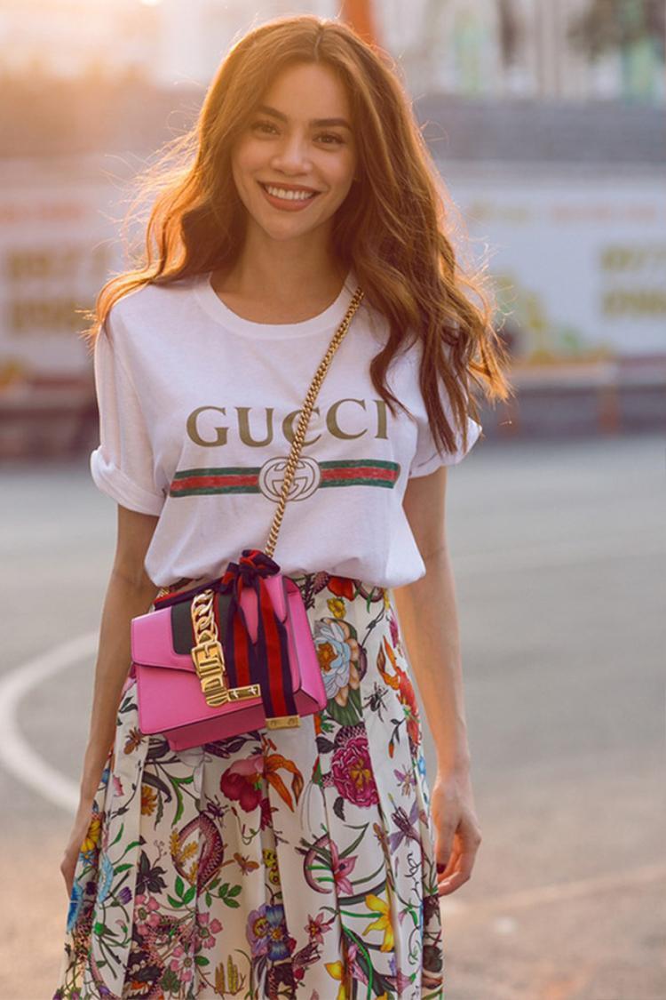 """Nổi tiếng là người sành hàng hiệu và """"bắt trends"""" cực nhanh, Hồ Ngọc Hà cũng nhanh chóng sắm cho mình chiếc áo thun có """"giá chát"""". Người đẹp mix cùng túi xách, chân váy nổi bật… được giới mộ điệu hết lời khen ngợi."""