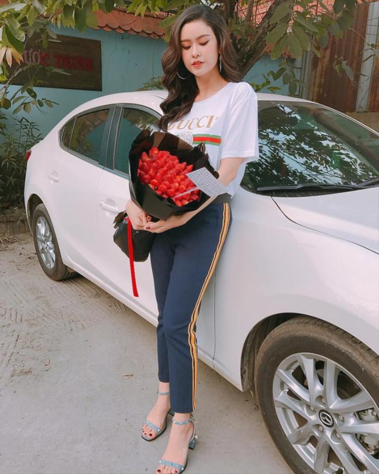 """Không nhanh nhạy bằng Kỳ Duyên, hay Hồ Ngọc Hà nhưng Trương Quỳnh Anh cũng đã gia nhập """"đường đua"""" những mỹ nhân yêu thích áo Gucci hơn chục triệu."""