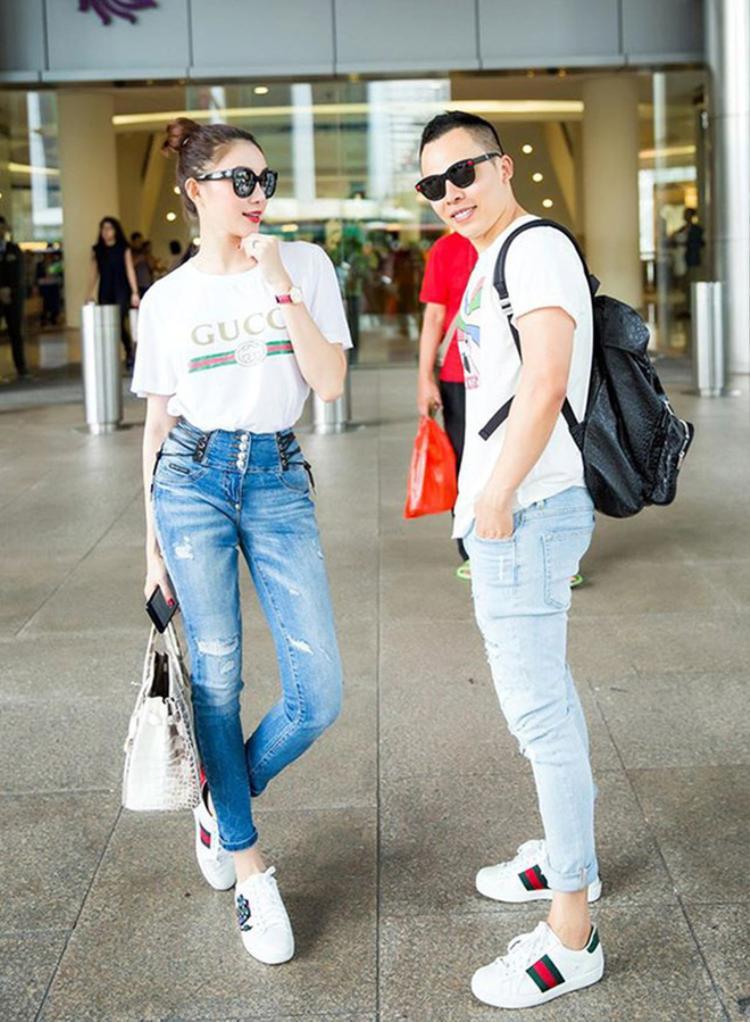 """Người đẹp Lê Hà phối áo thun """"quốc dân"""" cùng quần jeans ống côn, giày thể thao năng động."""