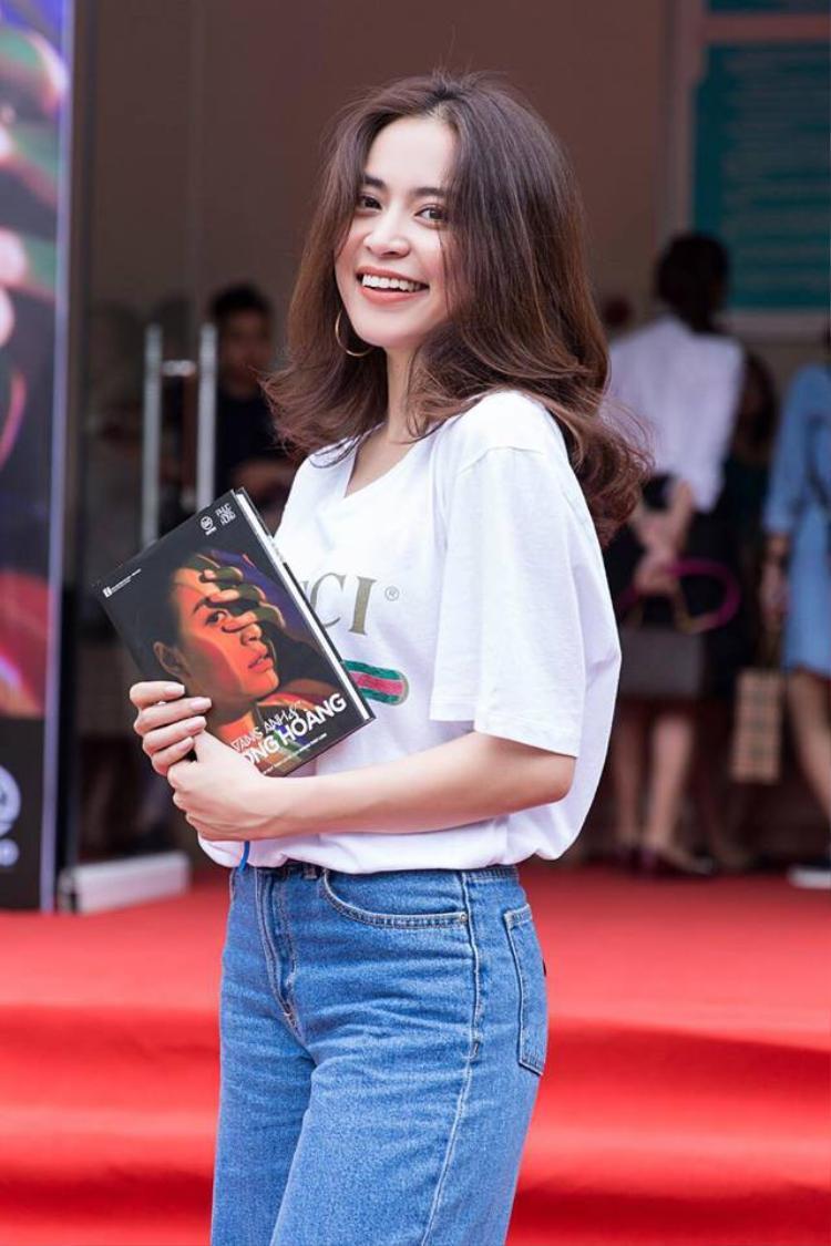 """Hoàng Thùy Linh trông gần gũi, thân thiện khi chọn chiếc áo hàng hiệu """"quốc dân"""" mặc trong sự kiện ra mắt tự truyện của mình."""