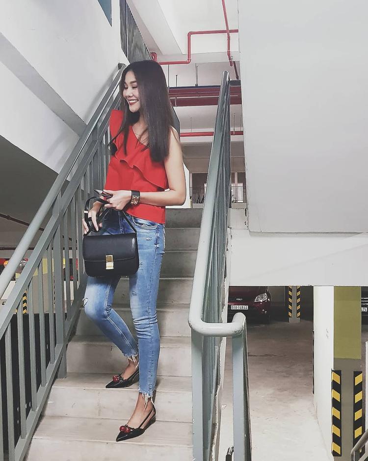 Thanh Hằng diện cây đồ đơn giản nhưng vô cùng nổi bật khi xuống phố. Áo lệch vai đi cùng quần jeans xé gấu và giày gót thấp là những items siêu mẫu sử dụng cho set đồ của mình.