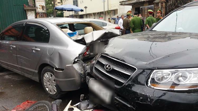 Tại hiện trường, nhiều mảnh vỡ của ô tô, xe máy vương vãi khắp lòng đường.
