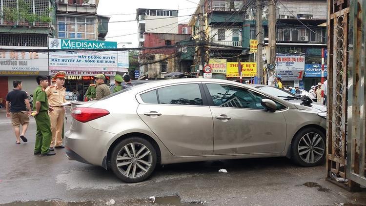 Lực lượng chức năng có mặt tại hiện trường để điều tra làm rõ vụ tai nạn.