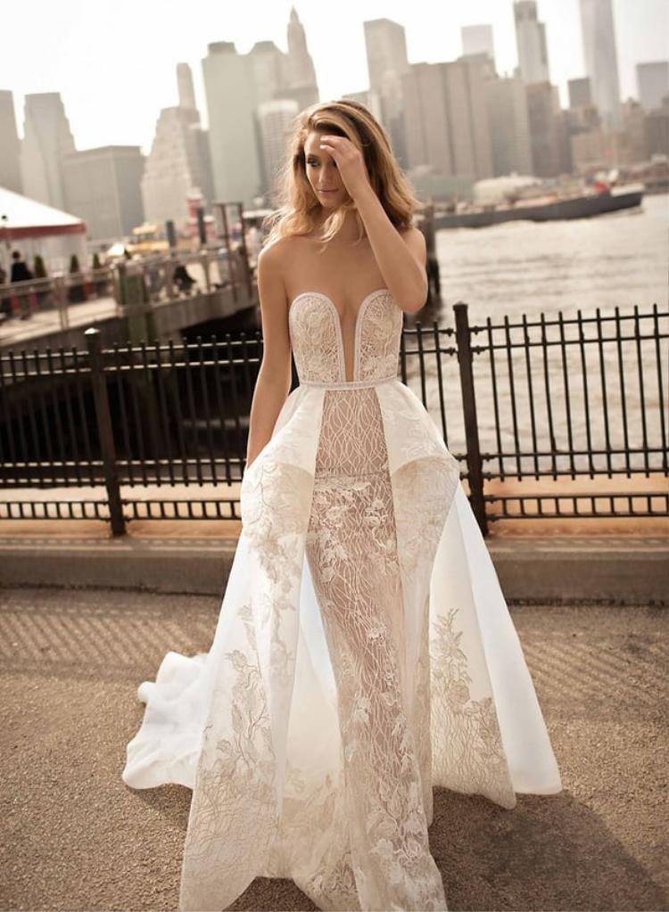 Những mẫu 'váy cưới khỏa thân' khiến chú rể và quan khách đỏ mặt