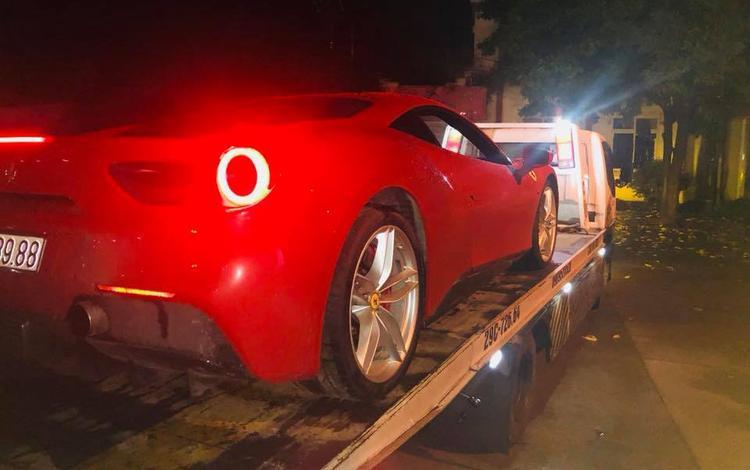 Chiếc Ferrari 488 GTB được chở về Hà Nội trong đêm.