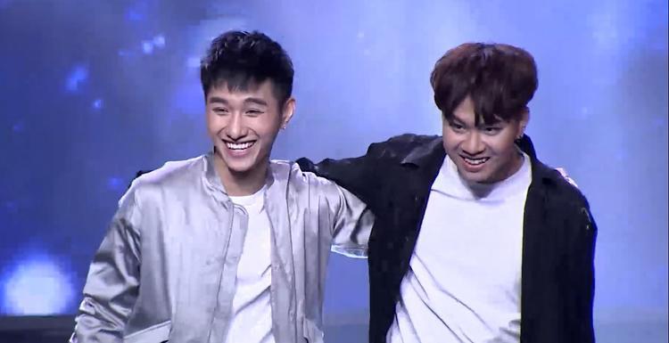 Nụ cười ngại ngùng của cặp đôi Vội vàng khi nhận được lời chúc phúc của HLV Lê Minh Sơn.