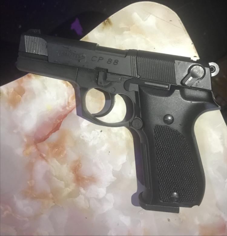 Khẩu súng phát hiện trong phòng hát karaoke. Ảnh: Lâm Viên.