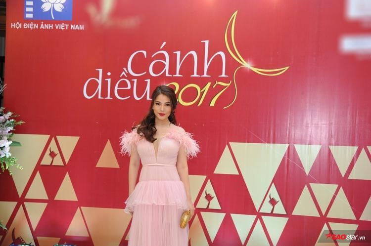 Trương Ngọc Ánh diện váy xẻ ngực gợi cảm.