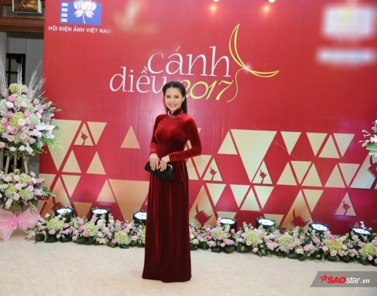 Diễn viên Phương Anh diện áo dài rạng rỡ tại thảm đỏ.