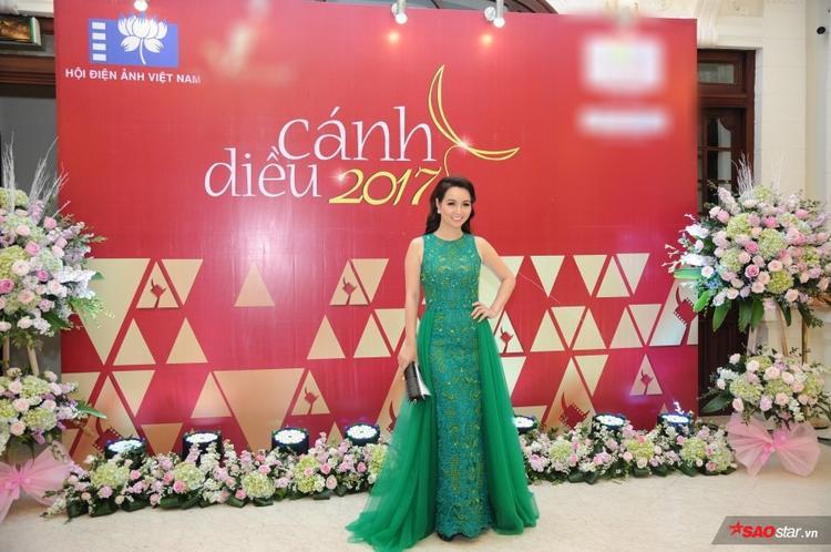 Khánh Linh, Đồng Ánh Quỳnh nổi bật gữa dàn mỹ nhân V-biz váy áo gợi cảm tại thảm đỏ Cánh diều 2017