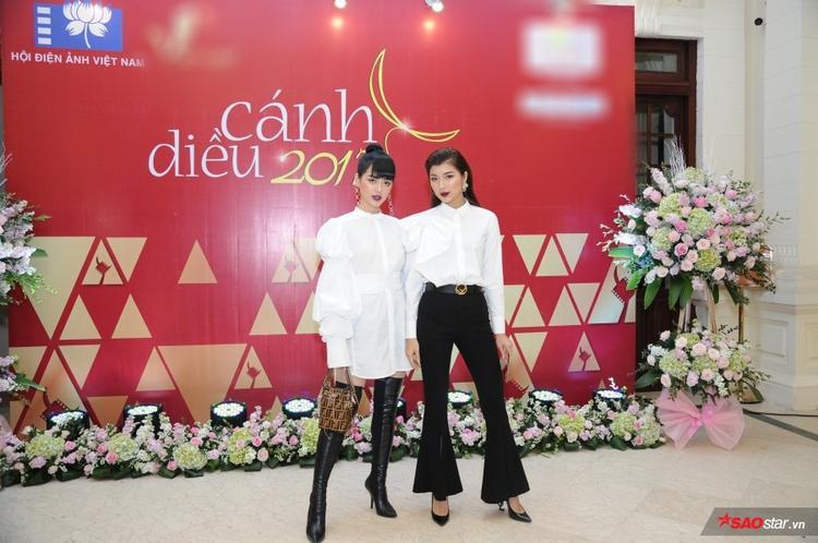 Đồng Ánh Quỳnh, Khánh Linh diện style trắng đen cực cá tính, nổi bật trên thảm đỏ.