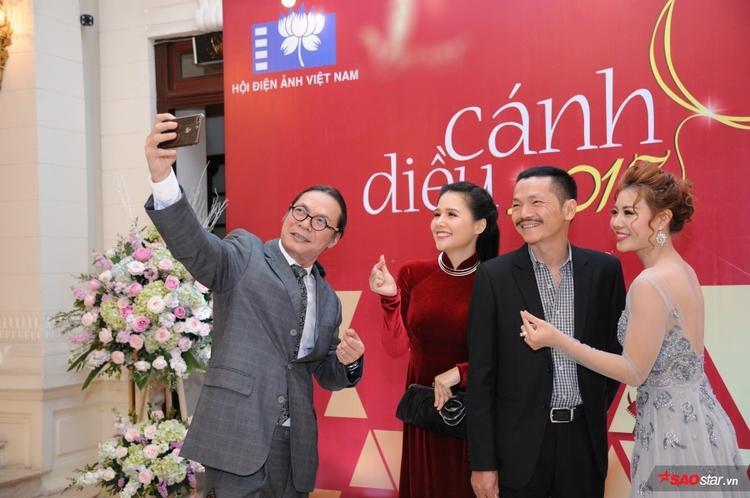 Đạo diễn Trần Lực, diễn viên Trung Anh, Thanh Hương và Phương Anh cùng selfie.