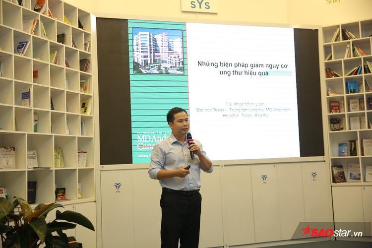 TS. Liêm thuyết trình tại buổi hội thảo.