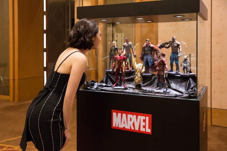 Bảo Anh hở bạo sánh đôi cùng Doctor Strange trong họp báo Avengers: Infinity War tại Singapore