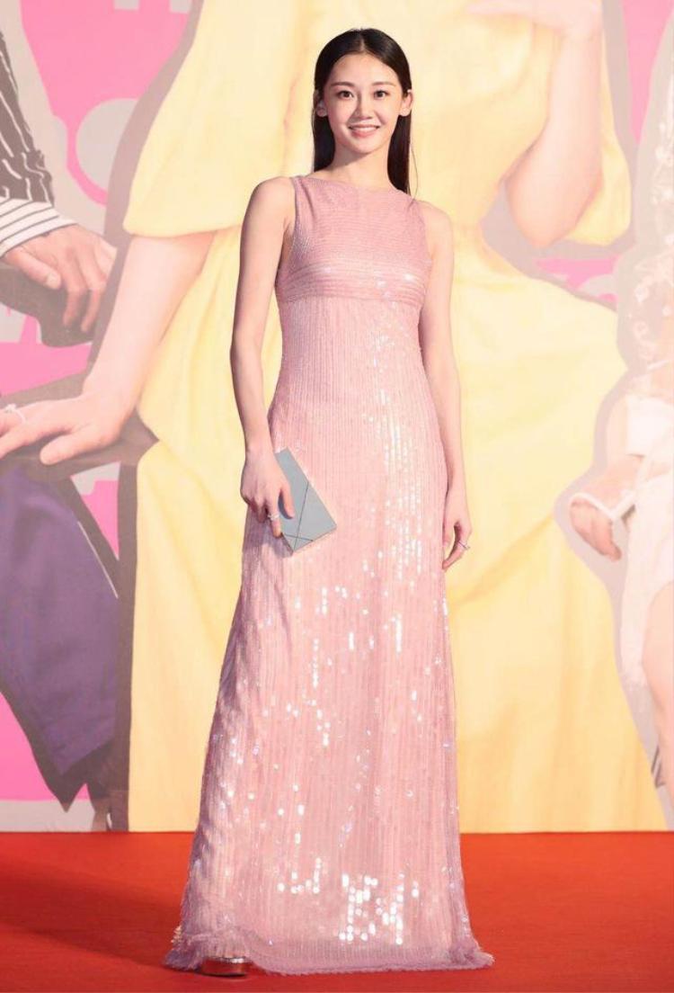 Nữ diễn viên trẻ Miêu Miêu ghi điểm với trang phục có màu sắc nhẹ nhàng, trẻ trung.