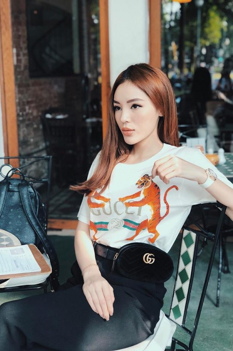 Trước đó vài tuần, Duyên đã diện chiếc áo thun này với phụ kiện cùng hãng sành điệu.