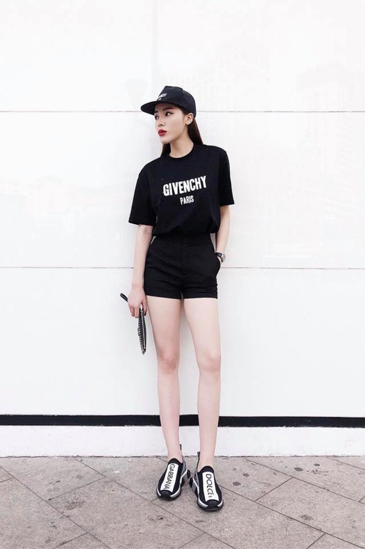 Ngoài những chiếc áo thun in hình sặc sỡ, Kỳ Duyên còn sở hữu một chiếc áo màu đen siêu đơn giản của Givenchy. Cô nàng kết hợp cả cây đen cực kỳ ngầu với chiếc áo này.