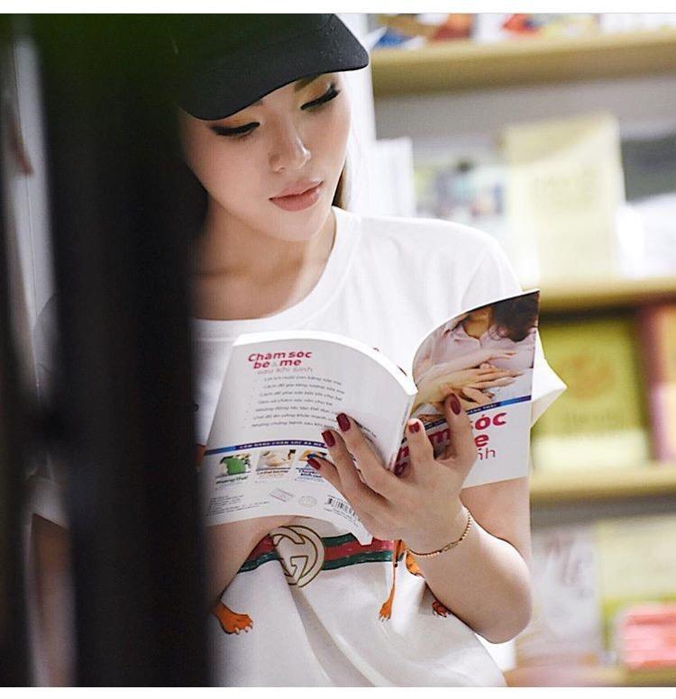 Trong bức ảnh mới đăng, Kỳ Duyên đội mũ lưỡi trai sành điệu đang đọc sách. Thấp thoáng là chiếc áo thun Gucci đang được nhiều sao Việt yêu thích.