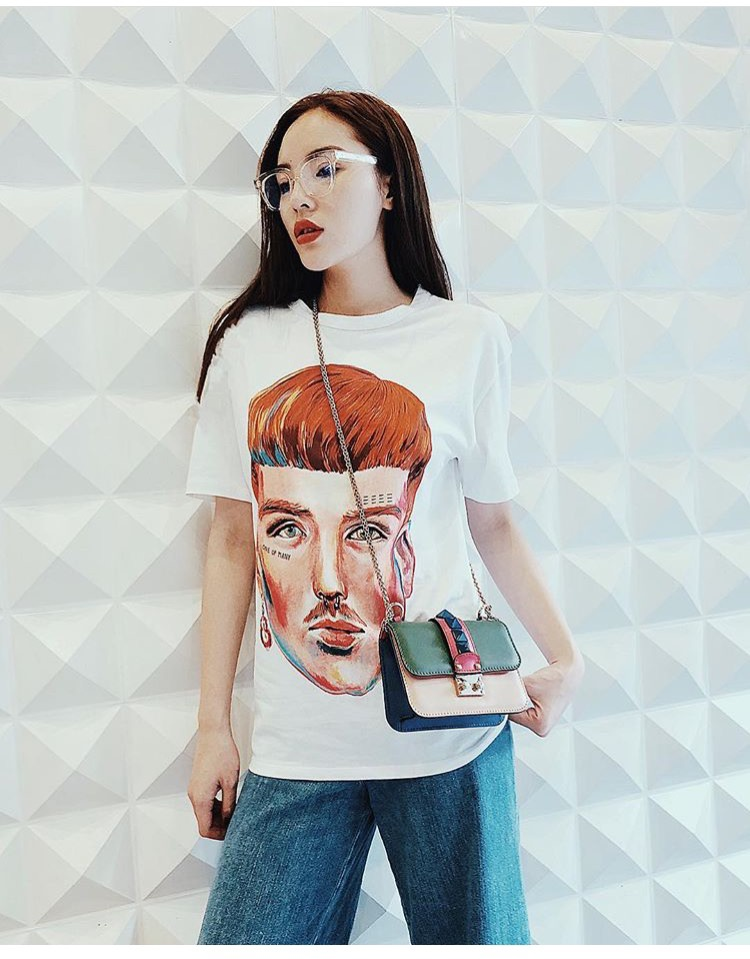 Chiếc áo thứ hai của Zara được Duyên tậu về trong mùa hè này là chiếc áo in hình mặt người ấn tượng. Với chiếc áo thun này, một chiếc quần jeans ống rộng mặc cùng là một outfit lý tưởng.