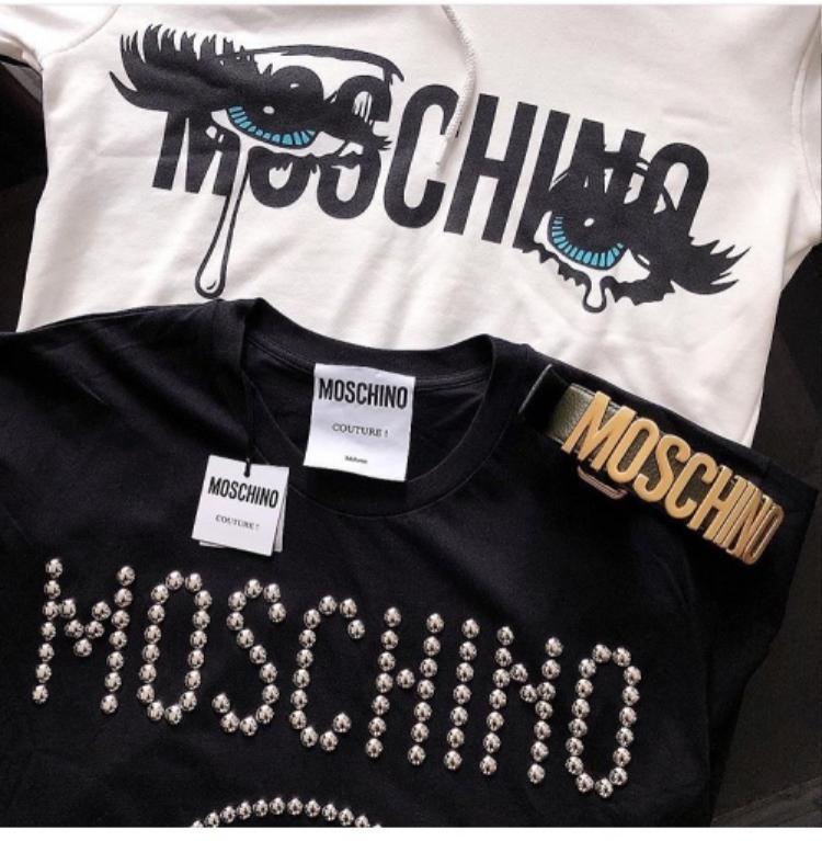 Tuy chưa lên đồ lần nào nhưng Duyên cũng đã kịp khoe 2 chiếc áo Moschino mới tậu. Giá của mỗi chiếc áo thun cũng không hề rẻ, khoảng 10 triệu đồng.