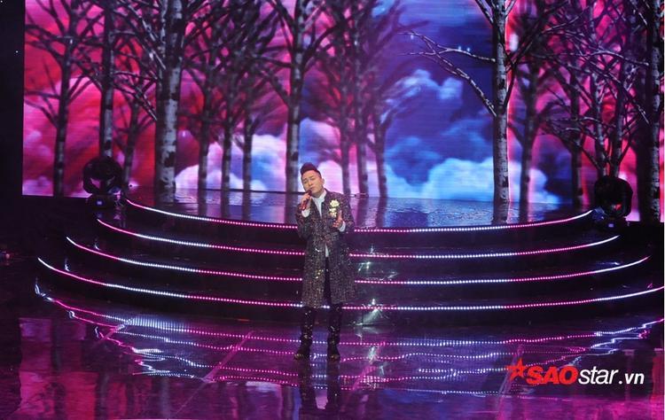 Nam ca sĩ Tùng Dương xuất hiện trên sân khấu với nhạc phim Tình khúc bạch Dương - ca khúc Mãi chỉ là giấc mơ.
