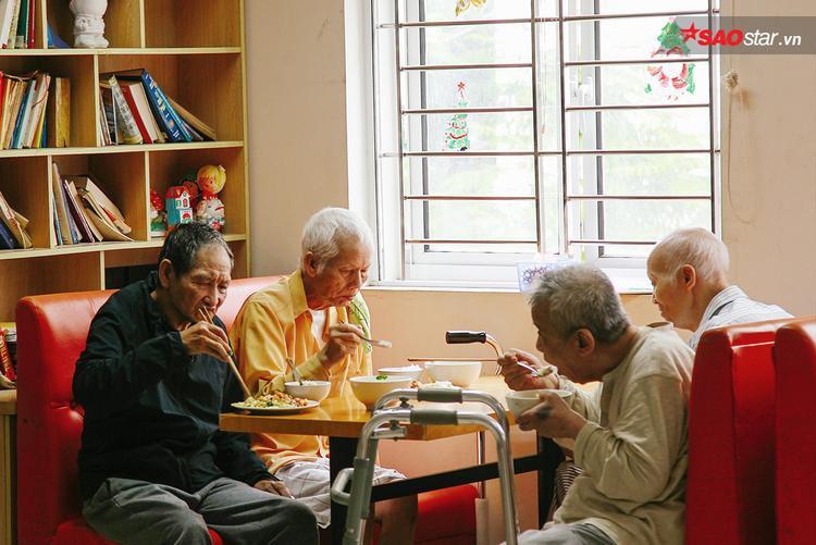 Bữa cơm trưa của các cụ già ở viện dưỡng lão.