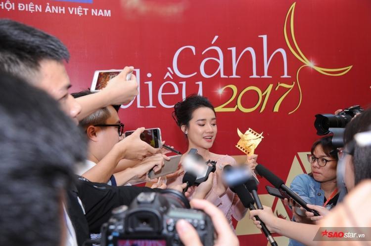 Nhã Phương trả lời phỏng vấn hậu đoạt giải tại Cánh diều 2017.