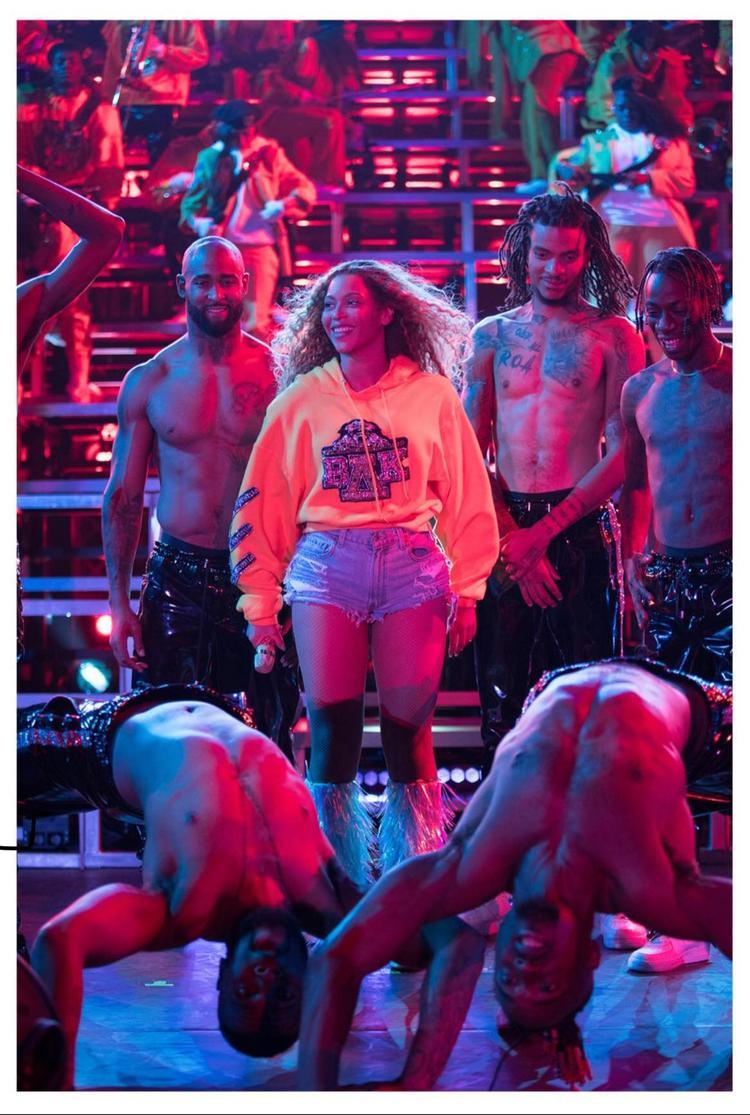 Adele nhảy múa điên loạn như fangirl vì sân khấu 31 bài của Beyoncé tại Coachella