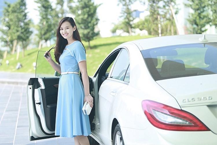 Người đẹp Lã Thanh Huyền cũng được bạn đời tặng xế hộp 4 tỷ đồng khi mang thai cậu con trai đầu lòng ở tháng thứ 7.
