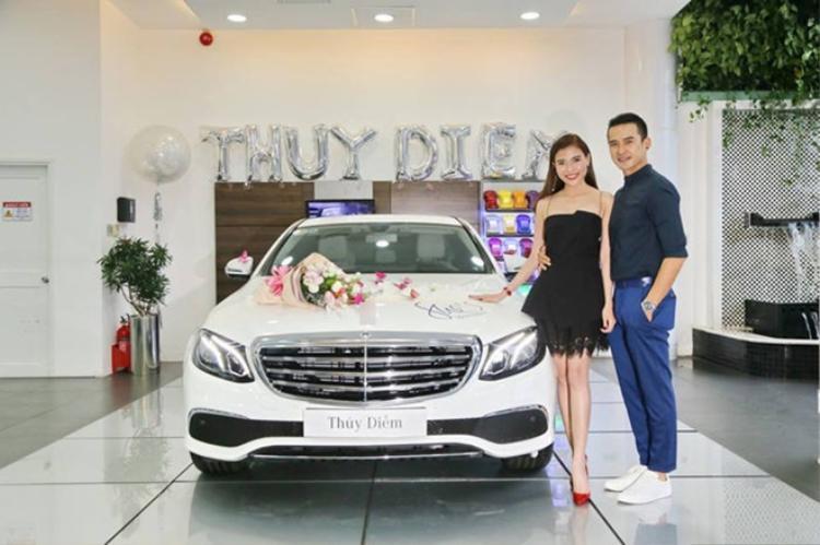 Nữ diễn viên Thúy Diễm cũng không kém cạnh khi được ông xã Lương Thế Thành mua tặng chiếc xế sang có giá hơn 2 tỷ đồng nhân dịp 20/10.
