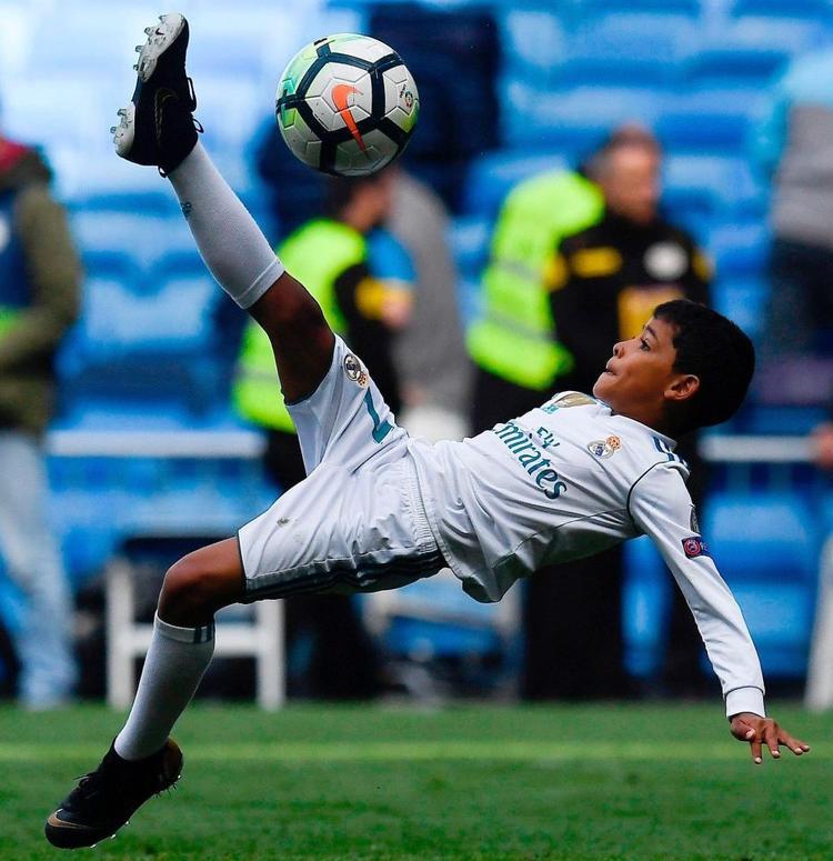 Con trai Ronaldo đạt danh hiệu vua phá lưới ở giải bóng đá cấp trường