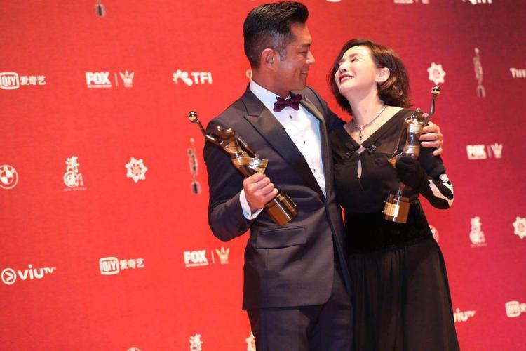 Khoảnh khắc nhận giải đầy hạnh phúc của Ảnh đế và Ảnh hậu (Nguồn Weibo)