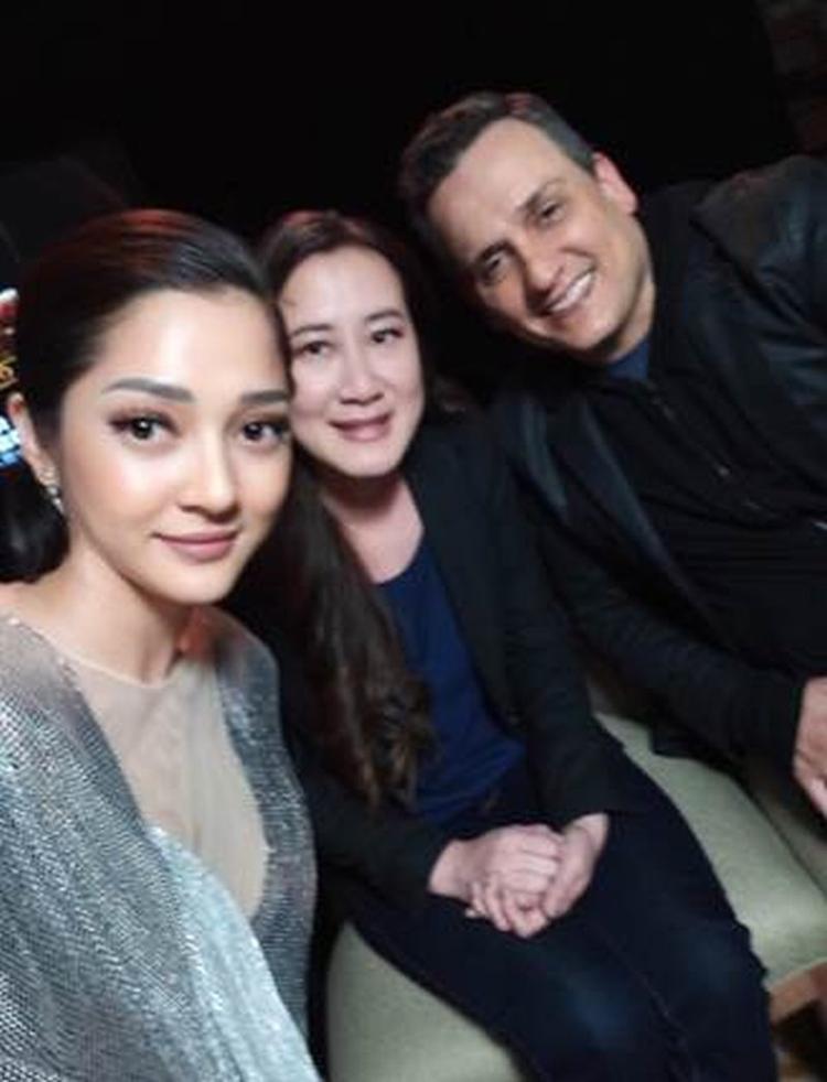 Nữ ca sĩ Việt Nam chụp ảnh cùng nhà sản xuất Trinh Tran và đạo diễn Joe Russos.