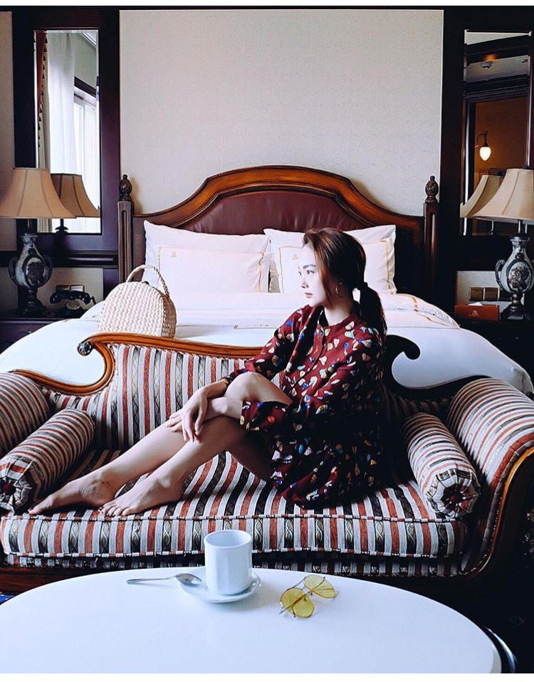 Minh Hằng trong bức ảnh gần đây đã khoe vẻ đẹp dịu dàng của mình trong chiếc đầm hoa đỏ đun đẹp mắt.