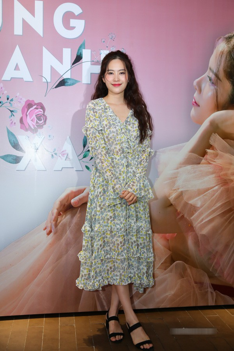 Dù bộ đầm chưa thực sự hợp với tính chất của một buổi ra mắt MV nhưng Nam Em vẫn rất xinh đẹp và dịu dàng trong chiếc váy hoa nhí xếp ly này.