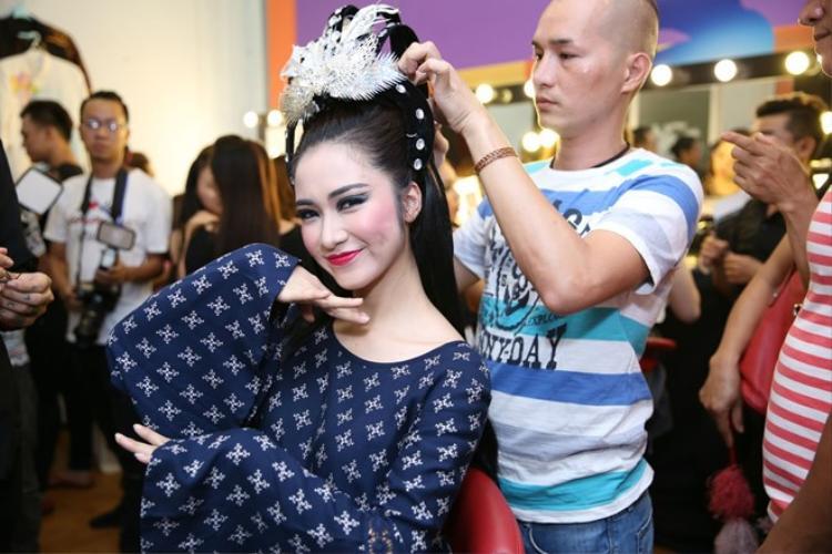 Khác với người chị Hương Giang của mình, Hoà Minzy lại vô cùng nhắng nhít trong hậu trường trang điểm.