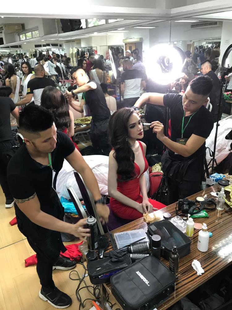 Hương Giang khí chất ngời ngời trong hậu trường cuộc thi Miss International Queen 2018.