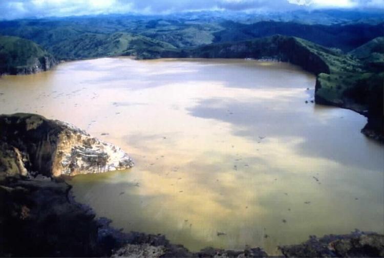 Hồ Nyos sau khi xảy ra thảm họa giết chết gần 2000 người.