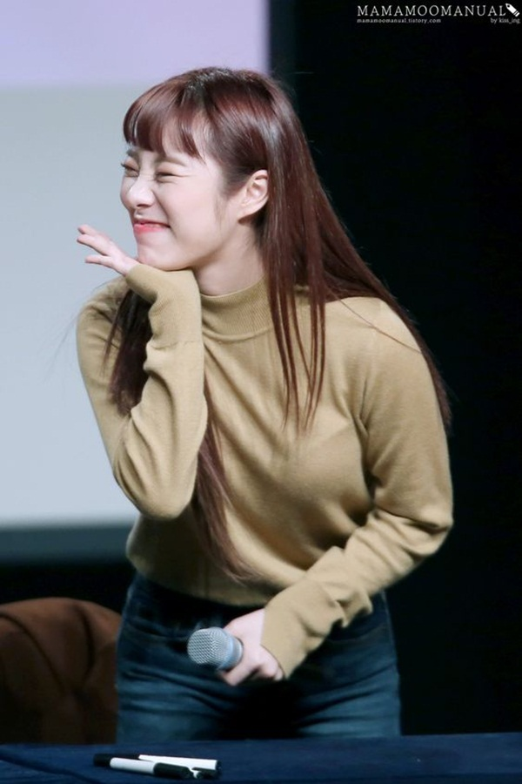 Wheein là một người hoạt ngôn và rất nhanh nhẹn trong các tình huống đối đáp. Cô nàng còn biết dùng cả ngôn ngữ kí hiệu để nói chuyện với fan.