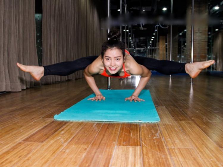Tập yoga đã lâu, Phương Trinh Jolie thừa khả năng tập tư thế khó.