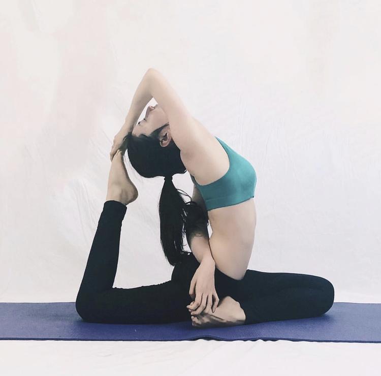 Diễm My thường xuyên chia sẻ những tư thế yoga độc đáo trên Instagram.