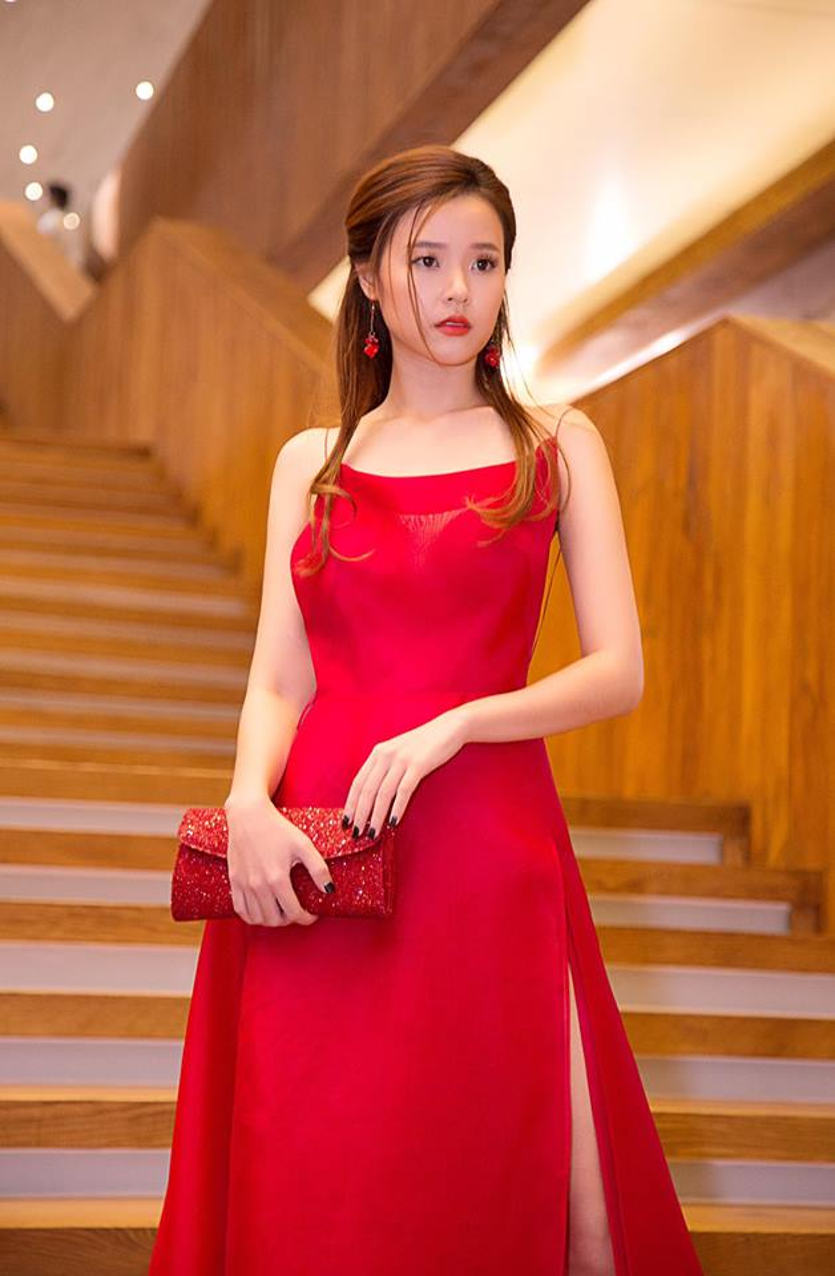 """Với kiểu tóc độc đáo này, """"tình cũ"""" Phan Thành trông giống như một nàng công chúa. Người hâm mộ rất yêu thích kiểu vừa nhẹ nhàng vừa đơn giản này của cô nàng."""