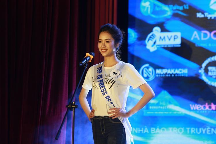 Cô sinh viên năm cuối của khoa Báo chí - Ngọc Lâm trong trang phục áo thun.