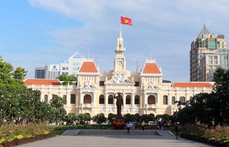 Trụ sở UBND TP HCM được xây từ năm 1898 đến 1909, do kiến trúc sư Femand Gardès thiết kế và là một trong những công trình kiến trúc cổ kính nổi tiếng. Thời Pháp thuộc, tòa nhà có tên Hôtel de ville trong tiếng Pháp, hay Dinh xã Tây trong tiếng Việt. Đến thời Việt Nam Cộng hòa gọi là Tòa đô chánh Sài Gòn - nơi làm việc và hội họp của chính quyền. Từ sau năm 1975 đến nay, tòa nhà là nơi làm việc của UBND TP HCM.