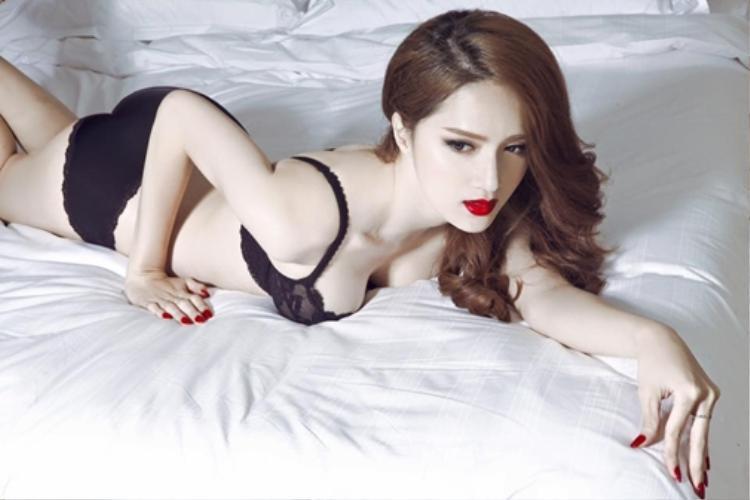 Hương Giang xuất hiện quyến rũ và gợi cảm trong trang phục tắm nóng bỏng.