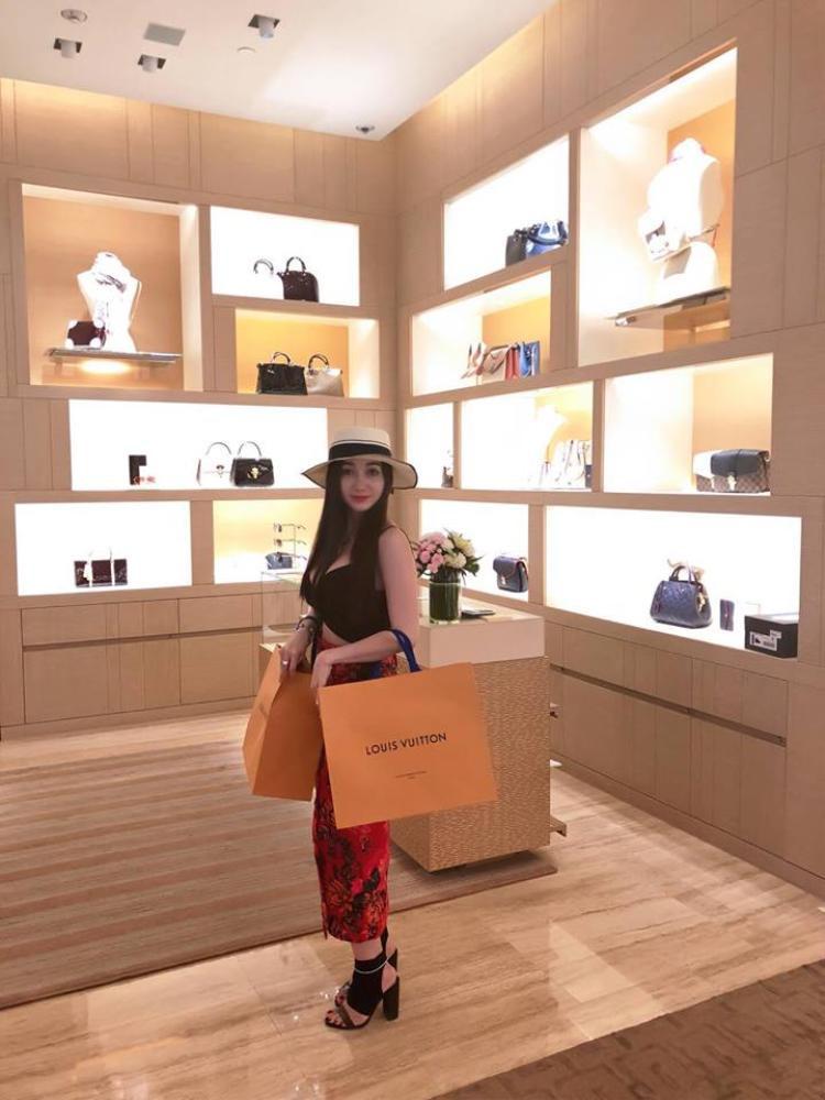 Là một doanh nhân kinh doanh bất động sản Hoa hậu Hồng Tươi được biết đến sở hữu nhiều khu đất vàng.