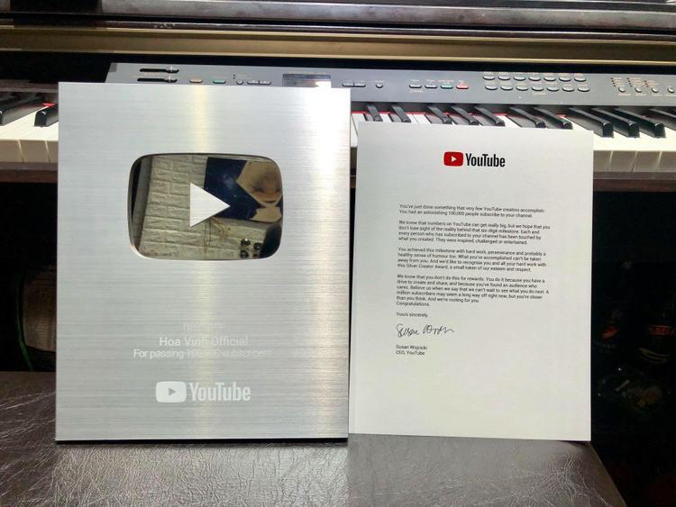 Chỉ sau hơn 2 tháng xuất hiện, Hoa Vinh đã nhận được nút Bạc của Youtube rồi!
