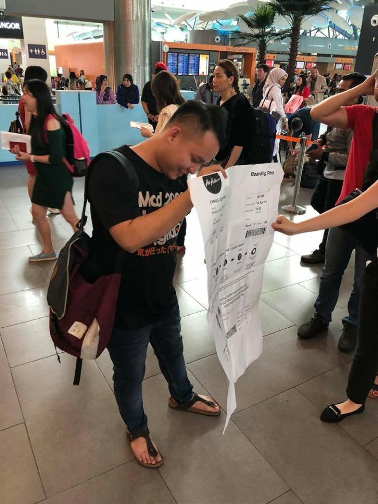 Anh Hu và tấm vé khổng lồ. Ảnh: Says.com