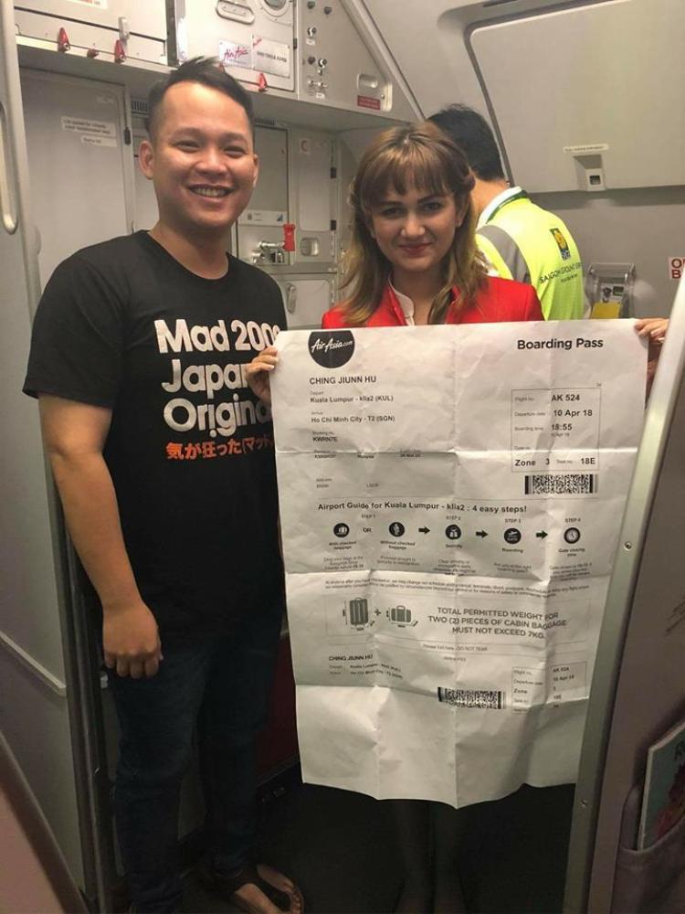 Tiếp viên hàng không thích thú trước tấm vé của anh Hu. Ảnh:Says.com